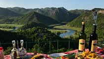 İki ülke arasındaki İşkodra Gölü / Skadar Lake